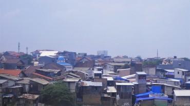 Kampungs te zien vanuit de trein.