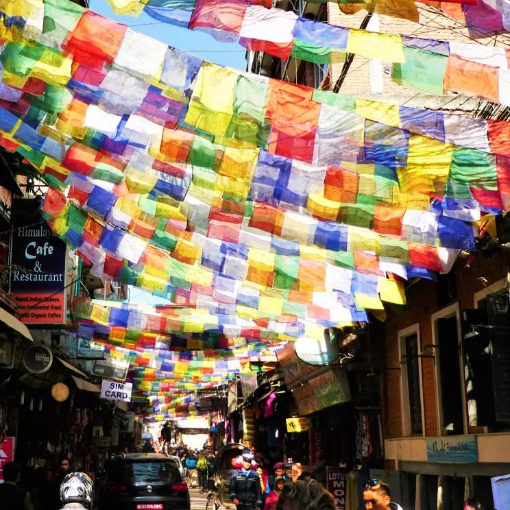kleurrijke gebedsvlaggetjes hangen door de straten.
