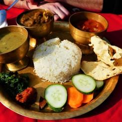 Overheerlijke curry met rijst en groenten.