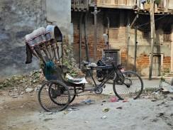 Een verlaten, roestige fiets.