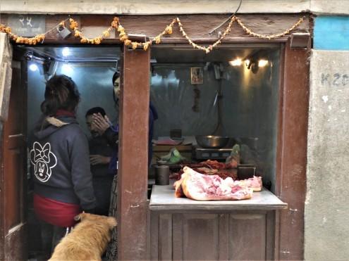 Vlees wordt aan de weg verkocht.