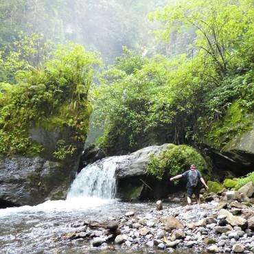 Dwars door de rivier lopen om bij de waterval te komen.