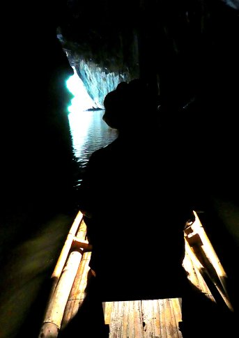 We varen een stukje met de kano door de grot.
