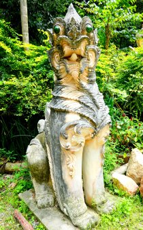 Standbeeld bij de tempel.