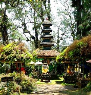 Tempel bovenop de berg.